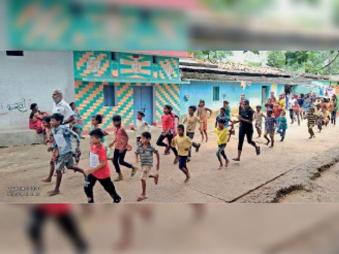 फिट इंडिया फ्रीडम रन में शामिल गांव के बच्चे। - Dainik Bhaskar