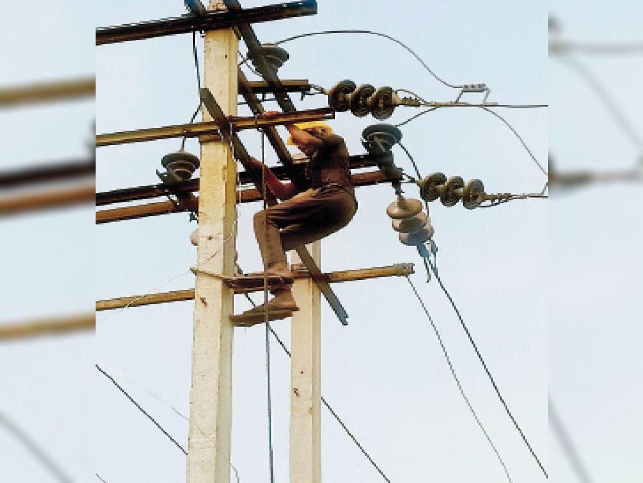 पानीपत. बापाैली एरिया के 33 केवी सब स्टेशन सनाैली कलां में लाइनाें की मरम्मत करते बिजली कर्मचारी। - Dainik Bhaskar