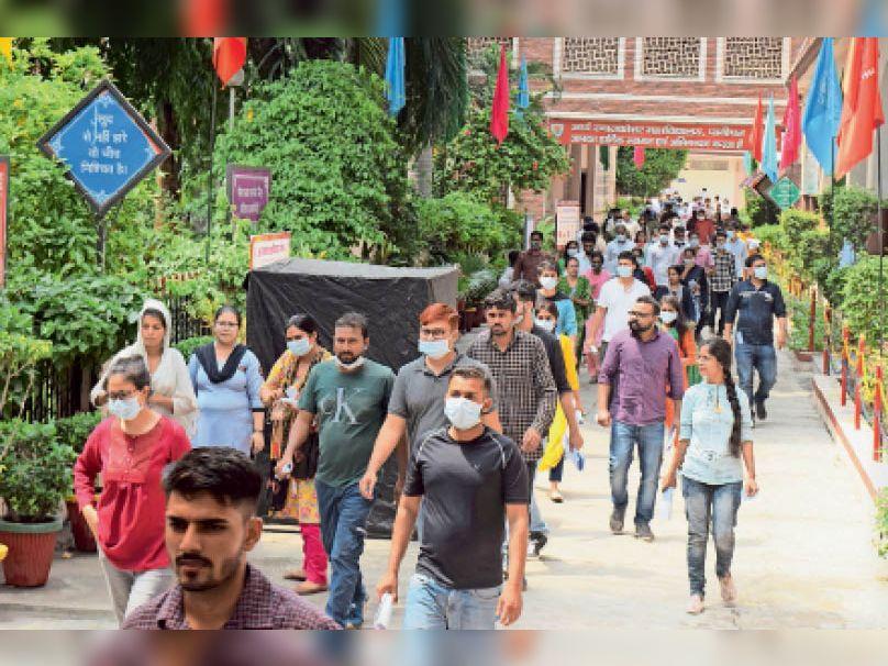 पानीपत. आर्य काॅलेज से परीक्षा देकर बाहर निकलते परीक्षार्थी। - Dainik Bhaskar