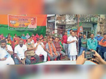 धरना आंदोलन को संबोधित करते पूर्व मंत्री अमर। - Dainik Bhaskar