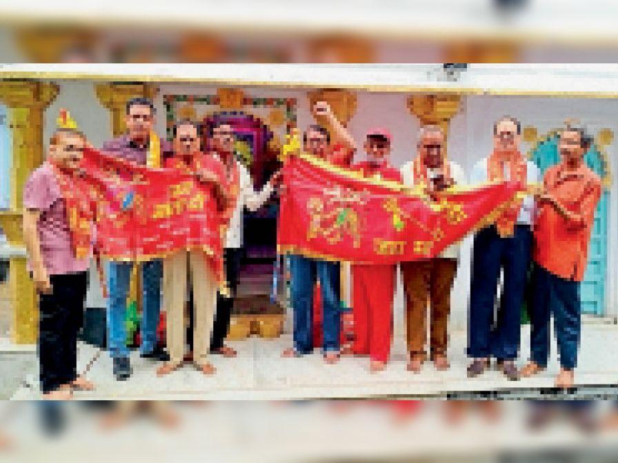 छोटे अम्बाजी मंदिर में ध्वजा चढ़ाते हुए। - Dainik Bhaskar