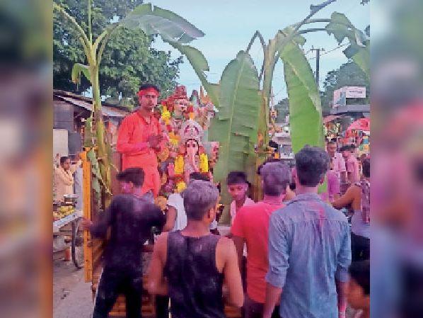 गणेश प्रतिमा को विसर्जन को ले जाते आयोजन कमेटी के सदस्य। - Dainik Bhaskar