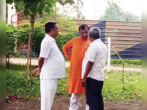 नाराज नेता को समझाते हुए शिवरतन शर्मा और गौरीशंकर अग्रवाल। - Dainik Bhaskar