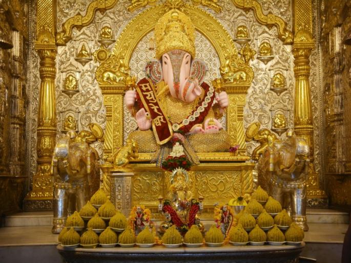 गणेशोत्सव के दौरान पुणे के श्रीमंत दगडूशेठ गणपति मंदिर में भारी भीड़ जमा होती है। हालांकि, इस बार कोरोना संक्रमण के खतरे को देखते हुए सिर्फ मंदिर के पुजारियों और ट्रस्टियों को ही अनुमति दी गई है।