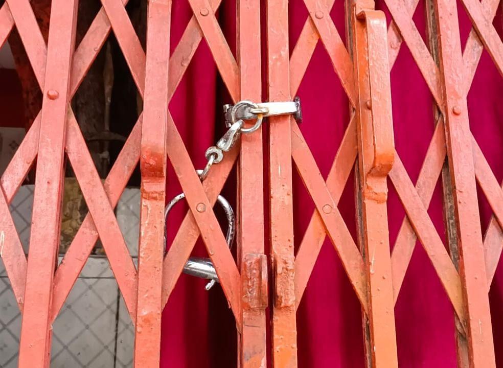 चोरों से बचाने के लिए पुलिस ने गेट पर लगाई हथकड़ी, ताकि चोरी न हो जाएं भगवान|कानपुर,Kanpur - Dainik Bhaskar