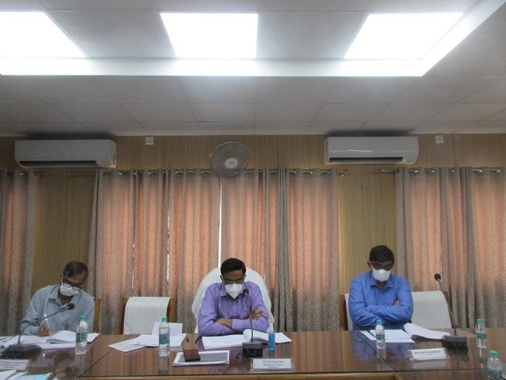 मंडलायुक्त लोकेश एम.बैठक लेते - Dainik Bhaskar