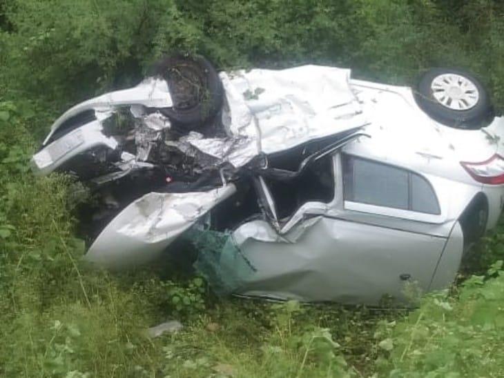 खाई में गिरी हुई कार। - Dainik Bhaskar