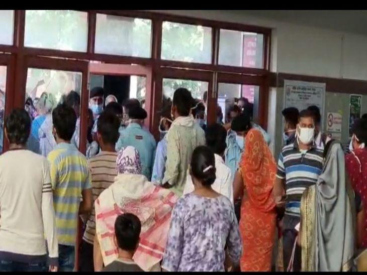 पहले ही दिन लग गई भीड़, पर्ची को लेकर बहस हुई, देखते ही देखते लोगों ने दरवाजे के कांच तोड़ दिए|जोधपुर,Jodhpur - Dainik Bhaskar