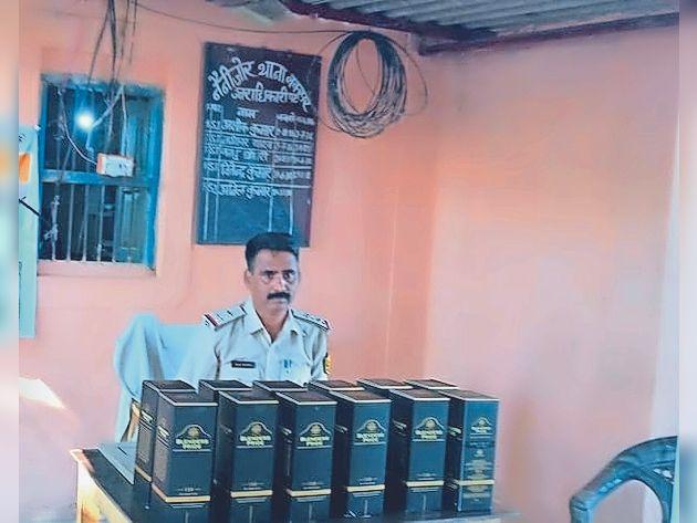 जब्त शराब के साथ पुलिस। - Dainik Bhaskar