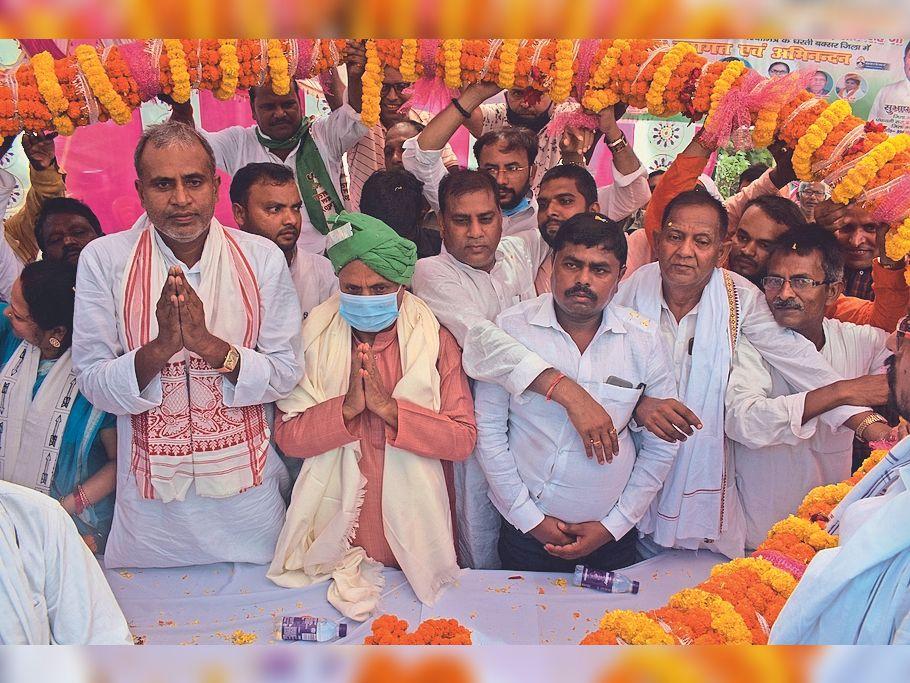 केंद्रीय इस्पात मंत्री का स्वागत करते पार्टी के लोग। - Dainik Bhaskar