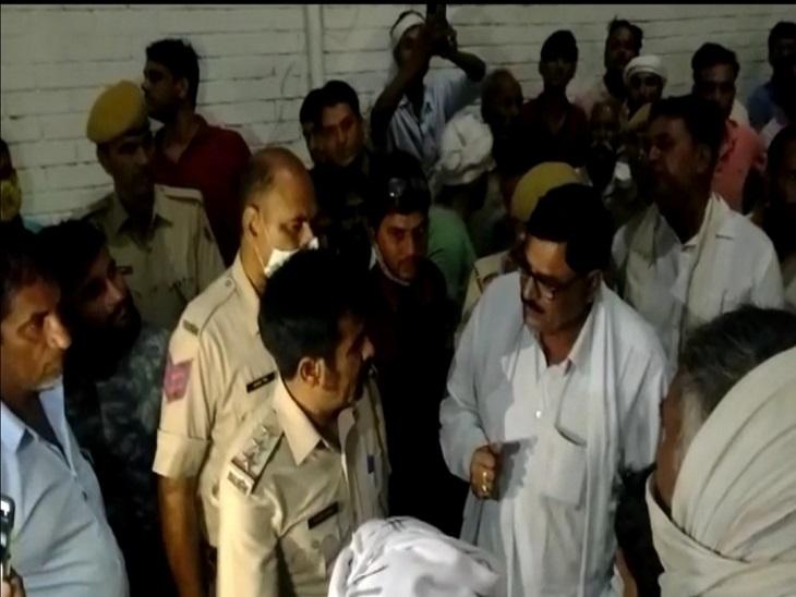 प्रसूता की मौत के बाद चिड़ावा के पारस अस्पताल के सामने शव रखकर कर परिजनों का हंगामा|झुंझुनूं,Jhunjhunu - Dainik Bhaskar
