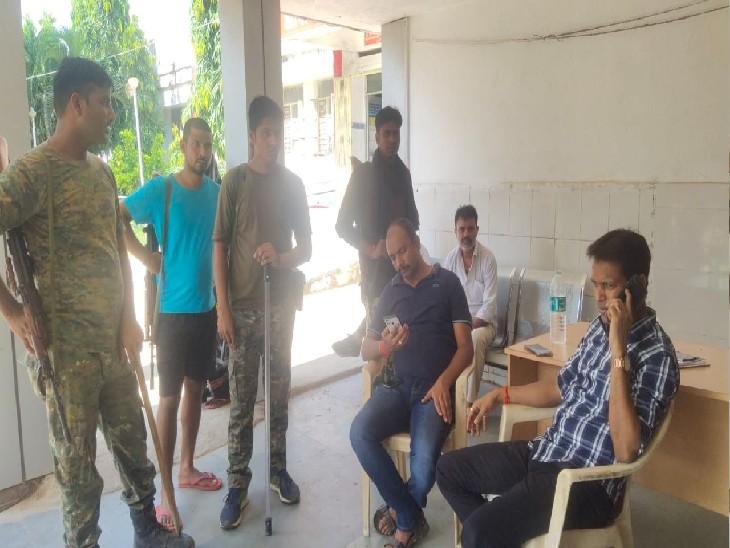 औरंगाबाद में गड्ढे में गिरी पिकअप को निकलवाने के लिए ट्रैक्टर लेकर पहुंची थी पुलिस, ट्रक ने मारी टक्कर, 2 ड्राइवर की गई जान, 5 पुलिसकर्मी घायल बिहार,Bihar - Dainik Bhaskar