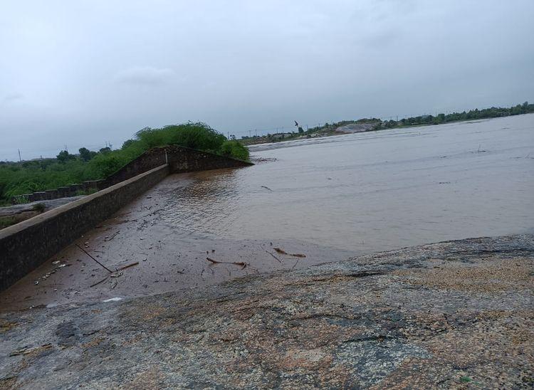 बाली क्षेत्र के रघुनाथपुरा बांध में आया बरसाती पानी।