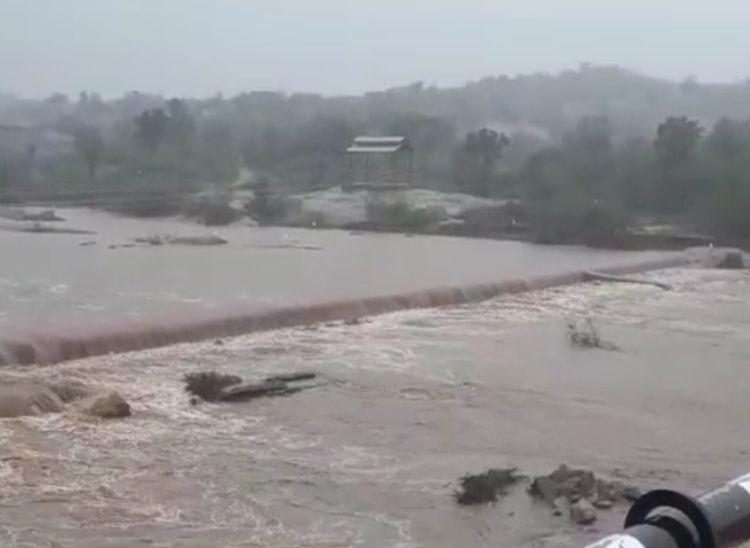 पिछले 24 घंटे में जिले में सर्वाधिक रोहट में 23 एमएम बरसात, सुकड़ी नदी की पुलिया पर भी पानी बहने लगा|पाली,Pali - Dainik Bhaskar