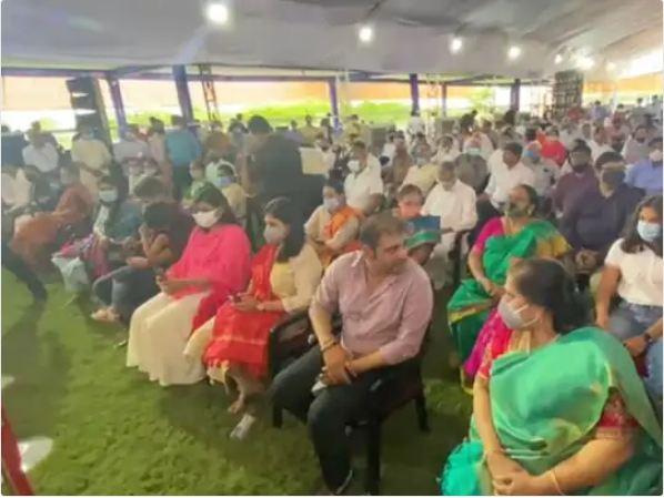 राजभवन में शपथ ग्रहण कार्यक्रम के दौरान पहली पंक्ति में बैठा भूपेंद्र पटेल का परिवार।