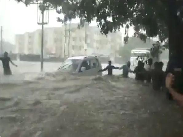 राजकोट में बाढ़ में फंसी एक अन्य कार।