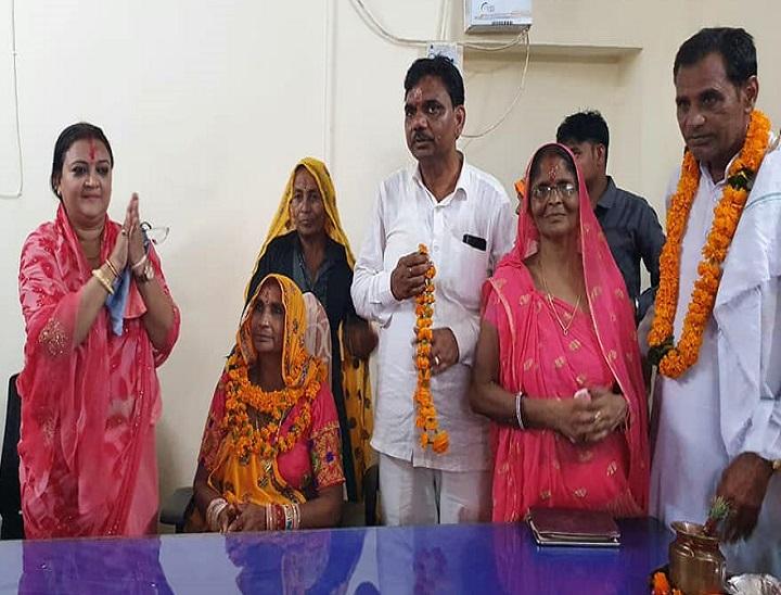 शुभ मुहुर्त में पूजा-अर्चना के बाद पदभार ग्रहण कर विकास कराने का भरोसा दिलाया तो मंत्री ममता भूपेश ने एकजुटता का आह्वान किया|दौसा,Dausa - Dainik Bhaskar