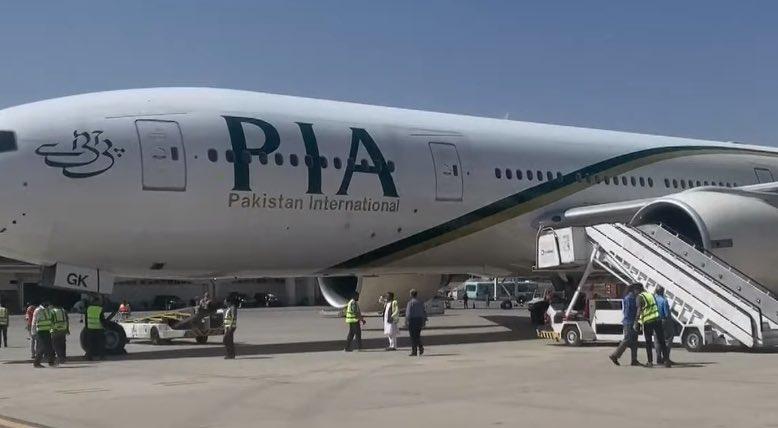 तस्वीर पाकिस्तान से टैकऑफ करने से पहले PIA के कमर्शियल प्लेन की है।