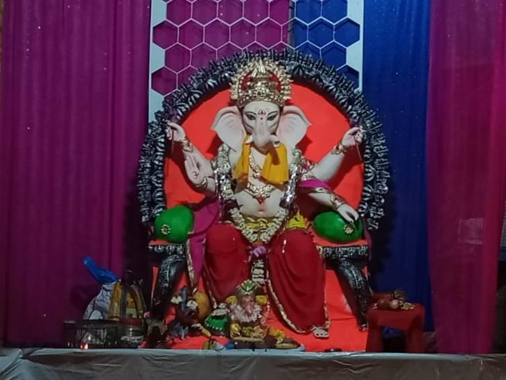 भोपाल के एमपी नगर में हर साल गणपति विराजते हैं। पंडाल के संस्थापक का कहना है कि पिछले साल कोरोना के चलते पंडाल नहीं बन पाया था, लेकिन इस वर्ष भगवान गणेशजी की स्थापना की है।