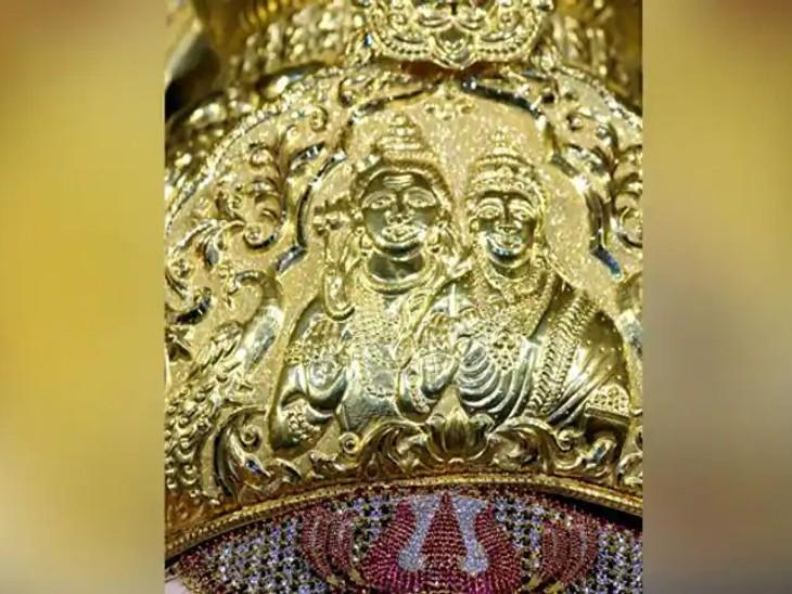 मुकुट पर शंकर और पार्वती की तस्वीर बनी हुई है।