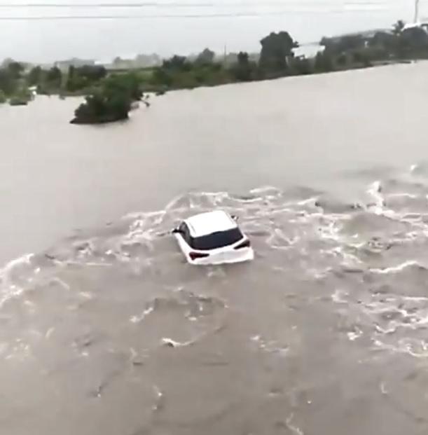 किशनभाई इसी i-20 कार में सवार थे, नदी के पानी में कार तिनके की तरह बह गई।