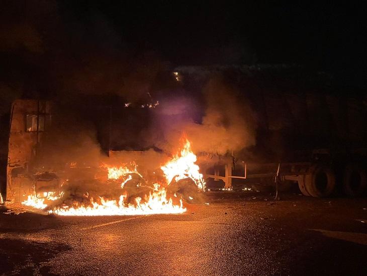ट्रेलर के केबिन में हादसे के बाद आग लग गई।