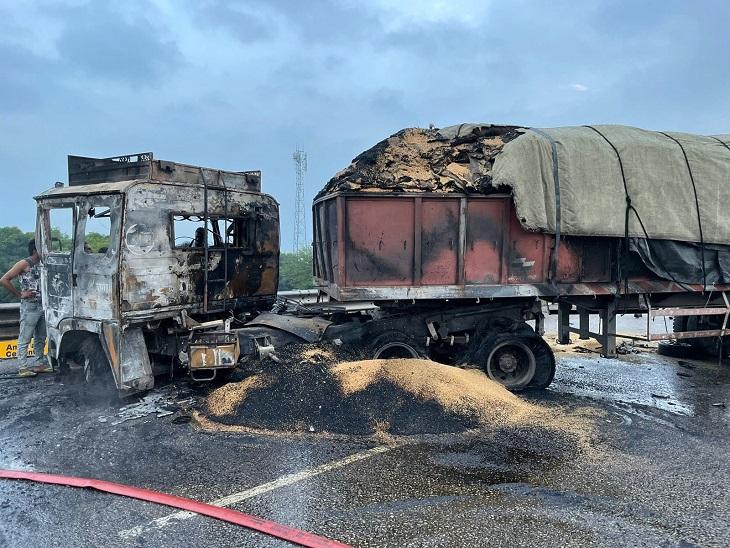 ट्रेलर का केबिन आग लगने के बाद जल कर गया।