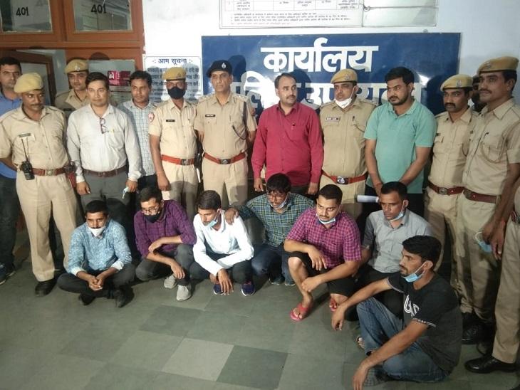 परीक्षा में बैठी युवती का पेपर कॉलेज प्रशासक ने वॉट्सऐप किया, सीकर के 2 युवकों ने टीचर से सॉल्व करवा वापस भेजा|जयपुर,Jaipur - Dainik Bhaskar