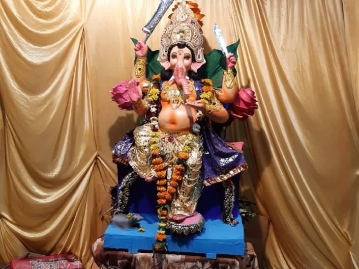इंदौर में एकता मित्र मंडल द्वारा धार रोड पर बीते 15 सालों से भगवान गणेश की प्रतिमा स्थापित की जा रही है। इस बार भगवान गणेश की कलम के सिंहासन पर विराजित प्रतिमा स्थापित की है। यह प्रतिमा 5 फ़ीट ऊंची है और मिट्टी की बनी है।