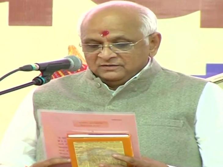 राजभवन में शपथ लेते गुजरात के 17वें मुख्यमंत्री भूपेंद्र पटेल।