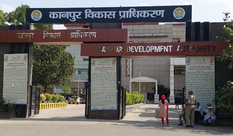 KDA में हजारों की संख्या में प्रॉपर्टी का नामांतरण कराने के लिए लोग लगा रहे चक्कर, आवंटियों को फोन पर दी जाएगी सूचना|कानपुर,Kanpur - Dainik Bhaskar
