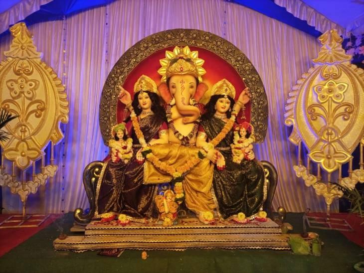 खंडवा के बुधवारा बाजार में विराजित गणेश प्रतिमा में भगवान गणेश जी के साथ उनकी दोनों पत्नियों रिद्धि-सिद्धि के दर्शन होते हैं। प्रतिमा में एक साथ तीनों विराजमान हैं। मनमोहक प्रतिमा के साथ यहां आकर्षक साज-सज्जा की गई। दोनों समय की आरती में रहवासियों के साथ पूरे मार्केट का व्यापारी वर्ग शामिल होते हैं।