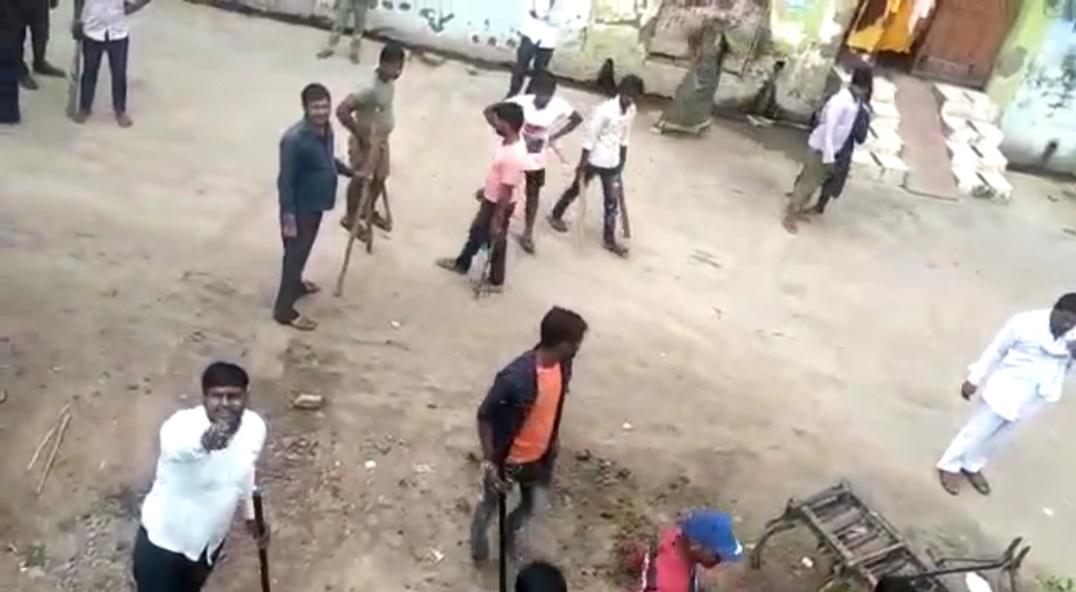 आगरा के थाना मलपुरा के मिर्जापुर गाँव में दबंगों ने एक पक्ष के घर पर बोला हमला - Dainik Bhaskar
