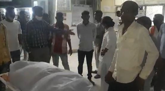 परिजनों ने नर्सिंग स्टाफ और पुलिस से मांगी मदद, कई घंटों तक सुनवाई नहीं हुई तो किया हंगामा, पुलिस ने मोर्चरी में रखवाया शव बांसवाड़ा,Banswara - Dainik Bhaskar