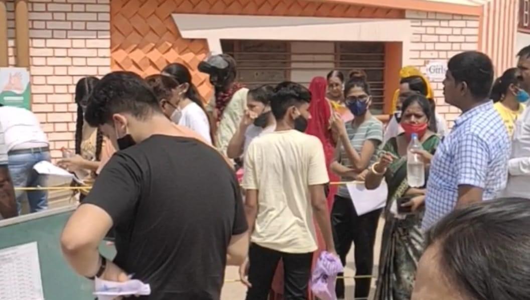 प्रदेशभर में हो रहे एग्जाम में हजारों स्टूडेंट्स जा रहे हैं एक से दूसरे शहर, रेलवे स्टेशन पर सेम्पलिंग में सामने आए कोरोना संदिग्ध, फिर हो रही जांच|बीकानेर,Bikaner - Dainik Bhaskar