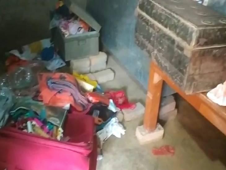 दीवार फांदकर सिपाही के घर के अंदर घुसे चोर, आलमारी और बक्से का ताला तोड़कर चुराए गहने, 50 हजार नकदी लेकर हुए फरार|गाजीपुर,Ghazipur - Dainik Bhaskar