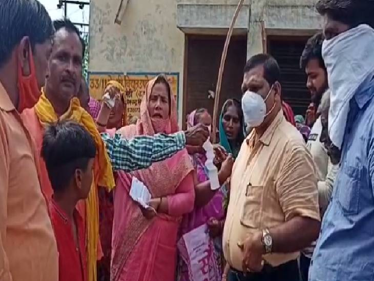 एसडीओ को धूप में घंटों रखा खड़ा, ग्रामीणों का आरोप फर्जी बिल भेजकर हो रही वसूली, लो वोल्टेज और कटौती से हैं परेशान|अमेठी,Amethi - Dainik Bhaskar