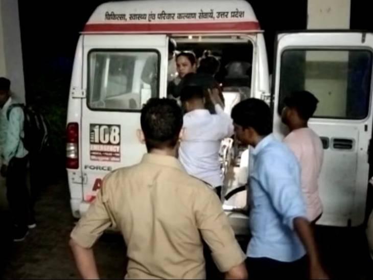 घायलों को एंबुलेंस से अस्पताल पहुंचाया गया।