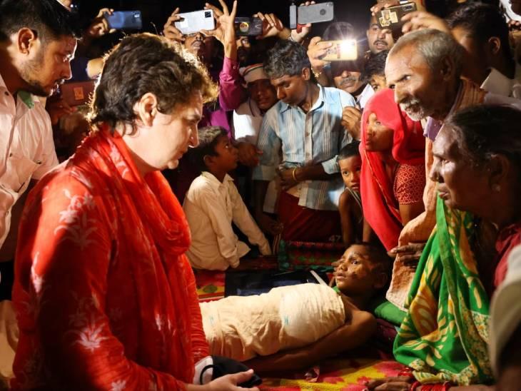 प्रियंका गांधी ने रविवार की रात अमेठी में एक परिवार से मुलाकात की थी।