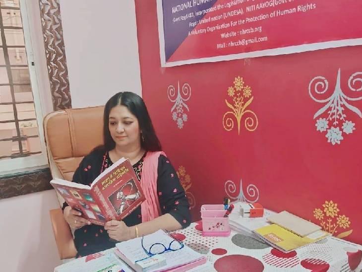 अपने दफ्तर में शिरीन हुसैन।
