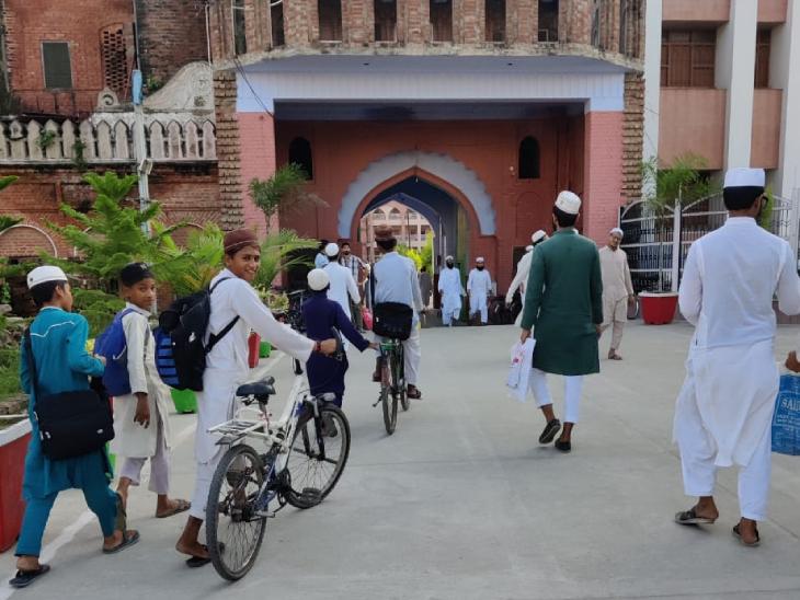 दारुल उलूम के मदरसे में पढ़ाई करने के लिए जाते हुए स्टूडेंट्स। यहां पढ़ने वालों को सभी प्रकार की खालिस मजहबी तालीम दी जाती है।