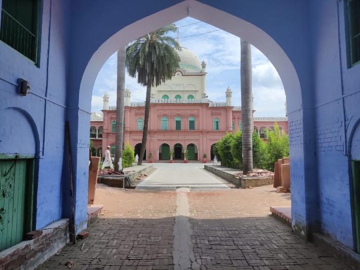 दारुल उलूम उत्तर प्रदेश के सहारनपुर जिले के देवबंद शहर में स्थित है। यह एक इस्लामिक स्कूल है जहां देवबंदी इस्लामिक आंदोलन की शुरुआत हुई थी।