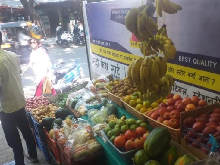 सत्यजीत ने छोटे-छोटे शहरों में सड़कों पर लगने वाली दुकानों और स्टॉल को भी अपने साथ जोड़ा है।