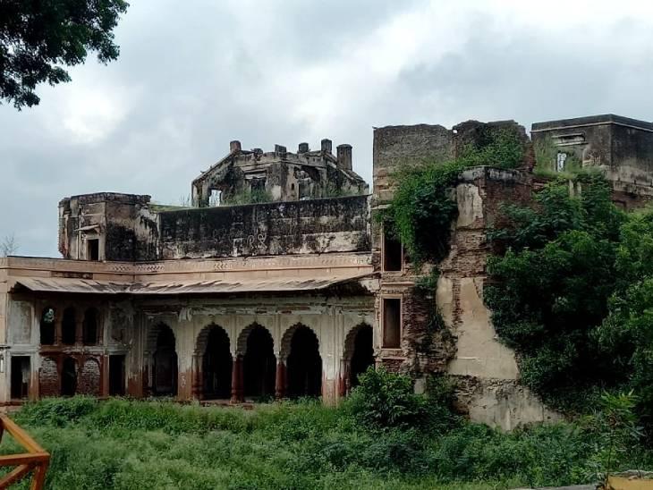 राजा महेंद्र प्रताप सिंह का महल।