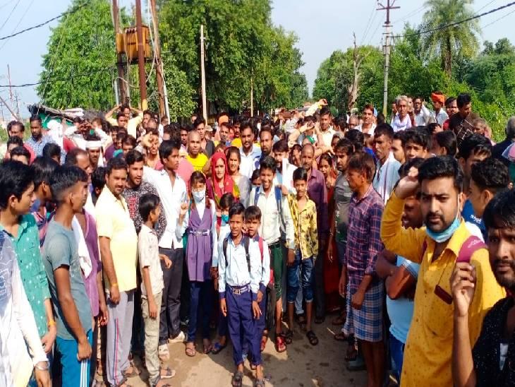 प्रदर्शनकारियों ने सीओ सिटी और तहसीलदार को सड़क पर भरे पानी में चलवाया, कहा- आप भी चलिए इस सड़क पर तब पता चलेगा कि यहां से कैसे निकलते हैं हम ललितपुर,Lalitpur - Dainik Bhaskar