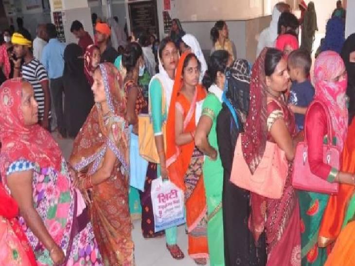 दो जगहों पर चल रहा था टीकाकरण, सैकड़ों की संख्या में पहुंचे लोग; वैक्सीन कम पड़ने पर कुछ लोगों ने किया उपद्रव|प्रतापगढ़,Pratapgarh - Dainik Bhaskar