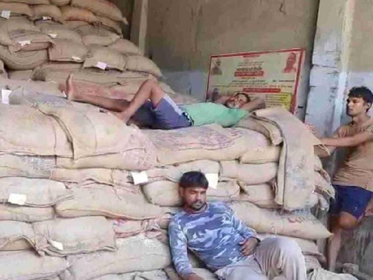 घटतौली के खेल के चलते फुटकर राशन विक्रेता परेशान हो रहे हैं। - Dainik Bhaskar