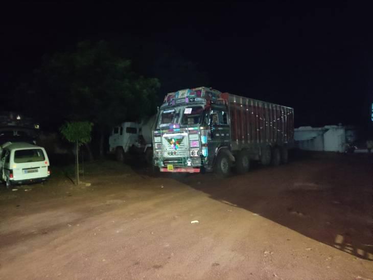 रीवा जिले की हनुमना सीमा में खनिज विभाग ने आधी रात लगाई चेकिंग, शॉर्टकट रास्तों से गुजरने वाले 5 ओवरलोड वाहनों को पकड़ा|रीवा,Rewa - Dainik Bhaskar