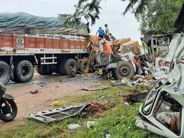 खूंटी में दो ट्रेलर की आमने-सामने हुई टक्कर, दोनों के ड्राइवर की मौके पर मौत; खलासी घंटों फंसा रहा|झारखंड,Jharkhand - Dainik Bhaskar