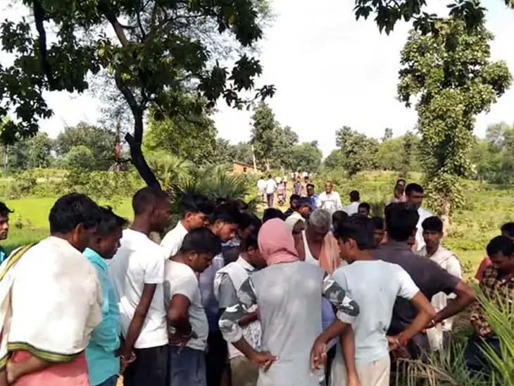 8 सितंबर को झाड़ी में युवती का शव देखे जाने के बाद आसपास के इलाके से बड़ी संख्या में ग्रामीण घटनास्थल पर पहुंचे पर किसी ने उसकी पहचान नहीं की थी।